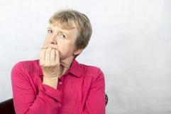 Retrato de una mujer madura con una expresión facial preocupante Fotos de archivo libres de regalías