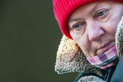 Retrato de una mujer madura en un sombrero rojo fotos de archivo