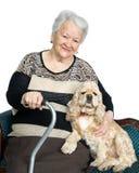 Retrato de una mujer mayor con el perro de aguas americano Foto de archivo