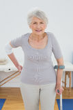 Retrato de una mujer mayor con la muleta Fotografía de archivo libre de regalías