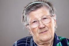 Retrato de una mujer mayor con los vidrios foto de archivo libre de regalías