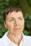 Retrato de una mujer mayor seria Imagen de archivo libre de regalías