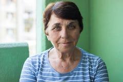 Retrato de una mujer mayor sonriente fotografía de archivo libre de regalías