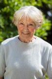 Retrato de una mujer mayor sonriente Foto de archivo libre de regalías