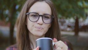 Retrato de una mujer de mediana edad en vidrios en el exterior almacen de metraje de vídeo