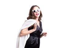 Retrato de una mujer morena joven de moda atractiva aislada en el fondo blanco Fotografía de archivo libre de regalías