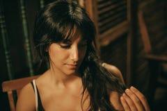 Retrato de una mujer morena joven en la noche imagen de archivo libre de regalías