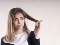 Retrato de una mujer morena joven frustrada con un pelo de la fractura Imagenes de archivo