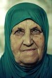 Retrato de una mujer musulmán en una bufanda principal azul Foto de archivo libre de regalías