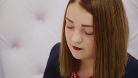 Retrato de una mujer muy hermosa en el cuarto almacen de video