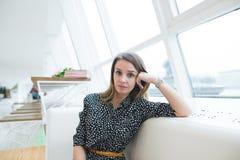 Retrato de una mujer de negocios hermosa en un café moderno y elegante cerca de la ventana Fotos de archivo