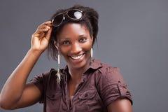 Retrato de una mujer negra hermosa joven fotos de archivo libres de regalías