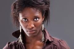 Retrato de una mujer negra hermosa joven fotografía de archivo