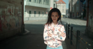 Retrato de una mujer negra joven en fondo urbano Fotos de archivo libres de regalías