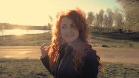 Retrato de una mujer pelirroja joven al aire libre almacen de video