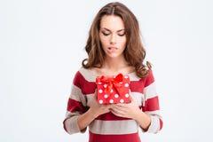 Retrato de una mujer pensativa que sostiene la caja de regalo Fotografía de archivo libre de regalías