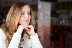 Retrato de una mujer positiva joven hermosa Imagen de archivo