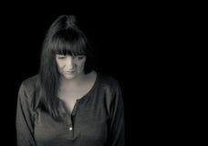 Retrato de una mujer preocupada madura que mira abajo Imagen de archivo