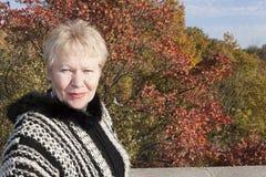 Retrato de una mujer que bizqueó contra la perspectiva de la a Imagen de archivo libre de regalías