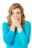 Retrato de una mujer que cubre su boca Fotografía de archivo libre de regalías