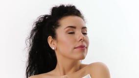 Retrato de una mujer que disfruta del aroma almacen de metraje de vídeo