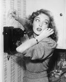 Retrato de una mujer que habla en el teléfono (todas las personas representadas no son vivas más largo y ningún estado existe War fotografía de archivo