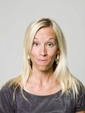 Retrato de una mujer que hace una cara divertida Imagen de archivo