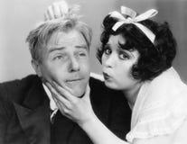 Retrato de una mujer que intenta besar a un hombre (todas las personas representadas no son vivas más largo y ningún estado exist Imágenes de archivo libres de regalías
