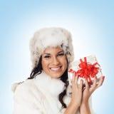 Retrato de una mujer que lleva a cabo un regalo de Navidad Foto de archivo