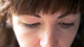 Retrato de una mujer que mira abajo, primer imagen de archivo libre de regalías