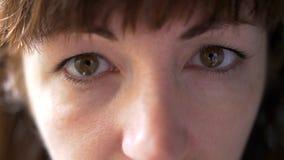 Retrato de una mujer que mira en la cámara, primer imagenes de archivo