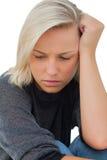 Retrato de una mujer que parece ansiosa Foto de archivo libre de regalías