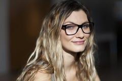 Retrato de una mujer que sonríe en la cámara Fotos de archivo libres de regalías