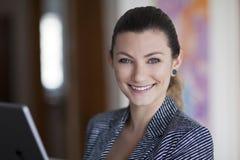 Retrato de una mujer que sonríe en la cámara Fotografía de archivo libre de regalías