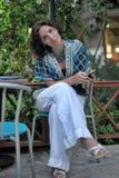 Retrato de una mujer que sostiene un teléfono Imagen de archivo libre de regalías