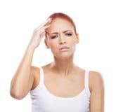 Retrato de una mujer que sufre de un dolor de cabeza Imagen de archivo libre de regalías