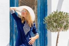Retrato de una mujer rubia atractiva del viajero en las islas de Cícladas en Grecia foto de archivo