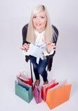 Retrato de una mujer rubia con los bolsos de compras Foto de archivo libre de regalías