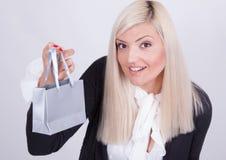 Retrato de una mujer rubia con los bolsos de compras Fotos de archivo libres de regalías