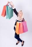 Retrato de una mujer rubia con los bolsos de compras Fotos de archivo