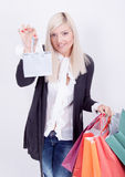 Retrato de una mujer rubia con los bolsos de compras Foto de archivo
