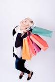 Retrato de una mujer rubia con los bolsos de compras Imagen de archivo libre de regalías