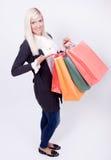 Retrato de una mujer rubia con los bolsos de compras Imágenes de archivo libres de regalías