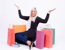 Retrato de una mujer rubia con los bolsos de compras Imagen de archivo