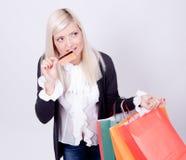 Retrato de una mujer rubia con los bolsos de compras Imagenes de archivo