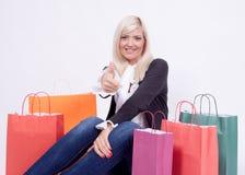 Retrato de una mujer rubia con los bolsos de compras Fotografía de archivo libre de regalías