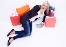 Retrato de una mujer rubia con los bolsos de compras Fotografía de archivo