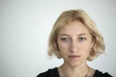Mujer joven rubia con los ojos azules hermosos Imagen de archivo