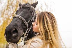 Retrato de una mujer rubia con un caballo imagen de archivo libre de regalías
