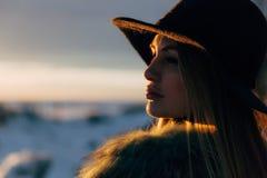Retrato de una mujer rubia hermosa joven con el sombrero, en un abrigo de pieles, exterior, en la nieve Imagenes de archivo